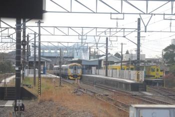 2019年12月31日。大原。いすみ鉄道の気動車(右端)とE257系500番代の特急「わかしお8号」。