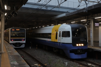 2019年12月31日。千葉。5番ホームに停車するE255系(右)。