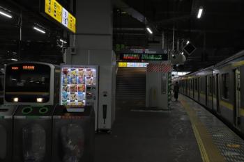 2019年12月31日 7時48分ころ。千葉駅。「特急・新宿わかしお」を表示する6番ホームの発車案内。