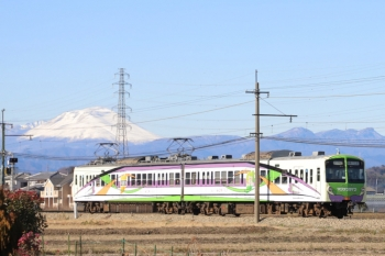 2020年1月1日 11時44分ころ。西吉井〜吉井。マンナンライフ車体広告のクモハ502ほかの高崎ゆき。