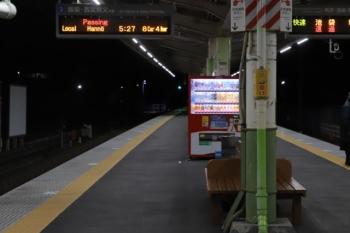 2020年1月1日 5時5分ころ。元加治。右が上りホーム。3102レの次は「通過」。左の下りは先発が「通過」なのは、20102Fの戻しの下り回送列車のはずです。