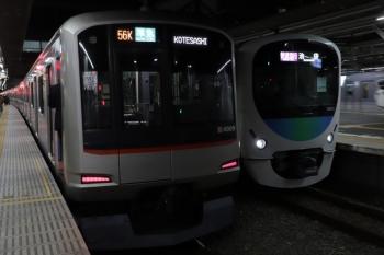 2020年1月1日。所沢。38110Fの1002レ(右)と東急4109Fの4855レ。右端は10112F(カナヘイ)の136レ。