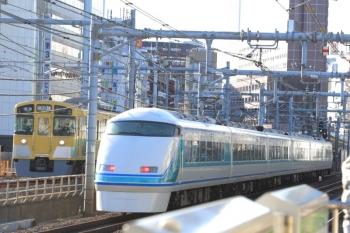 2020年1月2日 8時57分ころ。新大久保〜新宿。東武スペーシアの上り列車と西武N2000系の各停 本川越ゆき。