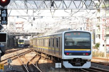 2020年1月2日 10時30分ころ。千葉。発車した、外房線のE209系回送列車(右手前)とE231系500番代の総武緩行線。