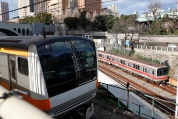 2020年1月4日。御茶ノ水。丸ノ内線の02系と、東京ゆきの中央線E233系。
