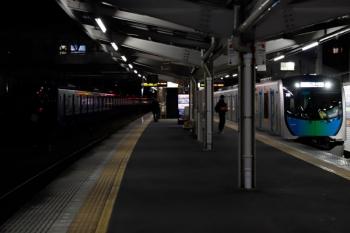 2020年1月4日。狭山ケ丘。左が夜間帯泊の20104F(ライオンズ)。右は40104FのS-Train 404レ。
