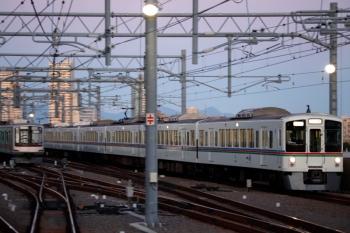 2020年1月4日。石神井公園。夜間帯泊の東急5173Fと、4番ホームを通過する4001F(30周年)+4011Fの上り回送列車。