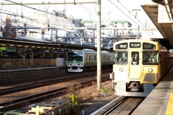 2020年1月11日 15時26分。高田馬場。西武新宿線のホームから見た山手線のHM付きE231系。
