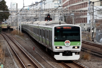 2020年1月11日 12時9分。池袋〜目白。池袋駅を発車した、HM付きのE231系。