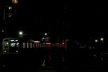 2020年1月11日。石神井公園、発車した6152Fの6501レ。右側の暗闇の中に東急5158Fがいます。