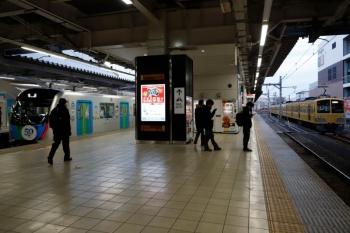 2020年1月12日 7時5分ころ。所沢。4番ホームから上り方へ出発する40151F(左)と、001系G編成をJR新秋津駅へ迎えに行く263F(右)。