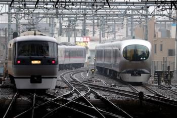 2020年1月15日 9時23分ころ。池袋。12レで到着後に電留線へ入った001-E編成(右)と、Laviewにお役目を譲り回送される10102F。