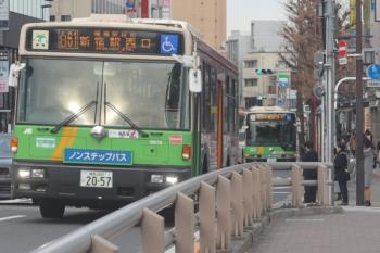 2020年1月17日 8時24分。目白駅前。手前が新宿駅西口、奥が池袋駅東口ゆき。