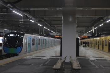 2020年1月17日。所沢。到着する40104Fの507レ(左)と、発車を待つ9105Fの3103レ。