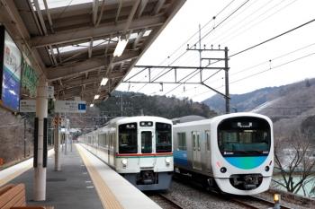 2020年1月26日 9時2分ころ。芦ケ久保。側線で待機する38103Fの下り回送列車(右)と、4007F+4003Fの5018レ。