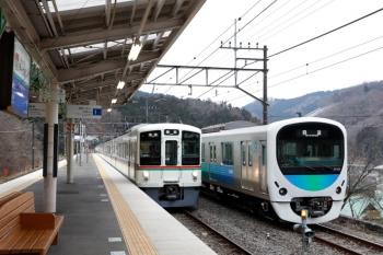 2020年1月26日 10時9分ころ。芦ケ久保。側線へ到着した38105Fの回送列車と4023F+4005Fの5022レ。