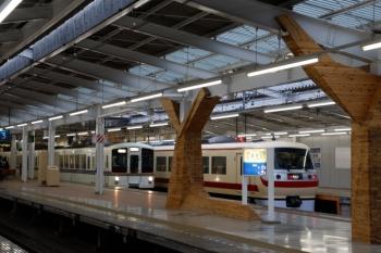 2020年1月26日 7時28分ころ。飯能。4番ホームから発車する4019Fの下り回送列車。奥は10105Fの68レ。