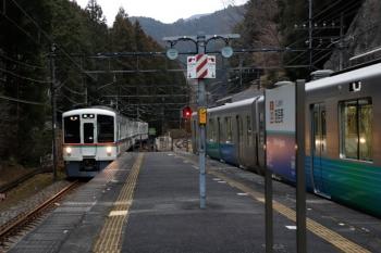 2019年1月26日 8時17分ころ。西吾野。2番ホームで発車待ちの38103Fの下り回送列車(右)。左は4017Fの5014レ。