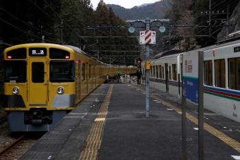 2020年1月26日 10時23分ころ。西吾野。1番ホームから発車した2091Fの下り回送列車(左)。右は4023F+4005Fの5022レ。
