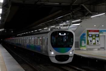 2020年1月26日 5時30分ころ。所沢。2番ホームを通過する30106F(観光広告)の上り回送列車。