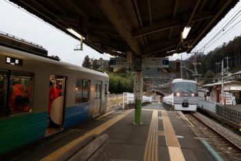 2019年1月26日 7時53分ころ。武蔵横手。左が、2番ホームに停車中の38103Fの臨時各停 西吾野ゆき。10110F(50周年)の70レと交換。