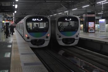 2020年1月28日 5時34分ころ。所沢。38103Fの下り回送列車(右)と38111Fの5204レ。