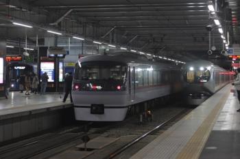 2020年1月31日。所沢。右から001-E編成の41レ、10102Fの50レ、20000系の新宿線 上り各停。
