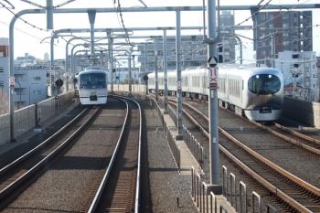 2020年2月2日 14時36分ころ。練馬〜中村橋。10110Fの19レ(左)と001系の28レ。