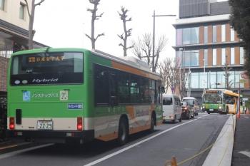 2020年2月3日 8時半ころ。転回場から目白駅前の乗り場へ向かうバス(左手前)と、転回場へ向かうバス(右奥)。右手は学習院大学、左手はJR目白駅です。