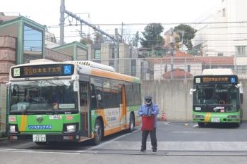 2020年2月3日 8時半ころ。転回場。バスの出入りが多く、歩行者もいるので、普段はいない誘導員さんが3・4名、旗を振って交通整理してました。右側のバスはターンテーブルに載ってます。