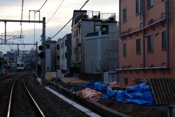 2020年2月8日 7時ころ。池袋〜椎名町。左奥は1001レ用の4000系の送り込みの上り回送列車。