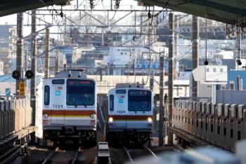2020年2月9日 15時58分ころ。大倉山。メトロ7000系同士のすれ違い。