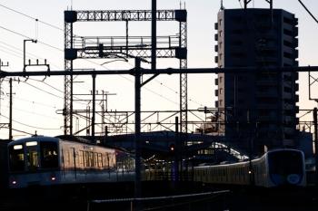 2020年2月9日 6時23分ころ。狭山ケ丘。電留線で帯泊の40151F(右)と4001F+4011Fの上り回送列車。