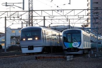 2020年2月9日 6時36分ころ。狭山ケ丘。電留線で帯泊の40151F(右)と10102Fの下り回送列車。