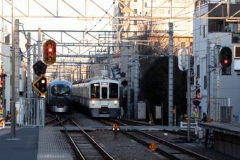 2020年2月11日。東長崎。4023F+4015Fの1001レ用の送り込み上り回送列車(右)と001-C編成の3レ。