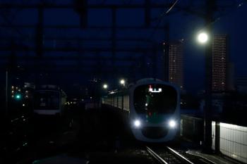 2020年2月11日。石神井公園。38110Fの上り回送列車(右)と6番線で夜間帯泊の東急5157F。右上の明るい物体は満月ではなく照明です。