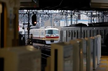 2020年2月13日 7時47分ころ。池袋。椎名町駅方の電留線に入った10105F(中央奥)と、5・6番ホームへ到着する40104Fの4654レ。