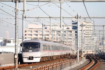 2020年2月13日 15時45分ころ。石神井公園。10109Fの上り回送列車。左奥に池袋のサンシャイン60が見えてます。