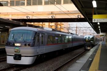 2020年2月15日。仏子。中線で折り返し待ちの10110Fの回送列車(左)と001系の25レ。
