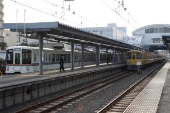2020年2月15日 7時56分ころ。東長崎。2463F+2087Fお2112レに追い抜かれる、4015F+4017Fの上り回送列車(左)。