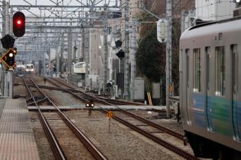 2020年2月16日。東長崎。手前が30000系の5412レ。奥に、4015F+4017Fの1001レ用の送り込みの上り回送列車が見えます。001系の3レとすれ違ってます。