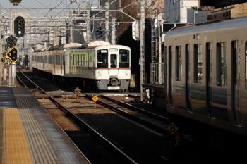 2020年2月22日  7時54分ころ。東長崎。38107Fの5208レ(右手前)と4番ホームへ到着する4015F+4001Fの1003レ送り込みの上り回送列車。