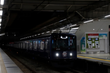 2020年2月23日 5時30分ころ。所沢。2番ホームを通過する20105F(ライオンズ)の上り回送列車。