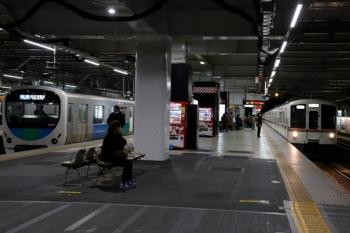 2020年2月23日。所沢。4番ホームに停車中の38112Fの3351レの横、5番ホームを4001F+4015Fの2002レの戻しの下り回送列車が通過。