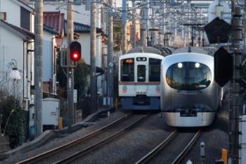 2020年2月24日。武蔵藤沢から。発車した4005F+4017Fの2002レ(左)と001-A編成の25レ。125901
