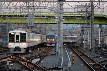 2020年2月24日 6時25分ころ。小手指。出庫する10110F(右奥)と2番ホームへ到着する4017F+4005Fの上り回送列車。