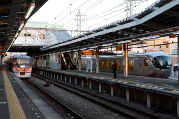2020年2月24日 6時31分ころ。小手指。出庫し3番ホームへ入った10110F(左)と、同じく出庫し1番ホームで待機する001-D編成の上り回送列車。