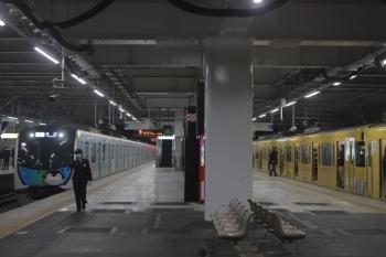 2020年2月25日。所沢。40103F(コウペン)の507レ(左)と、2463F+2087Fの3103レ。駅員さんは507レの降車確認のために移動中です。
