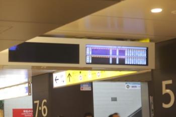 2020年2月28日 21時35分ころ。池袋。地下中央通路の5番ホーム発車案内。2番ホーム側は消灯。停車駅案内は正常表示。