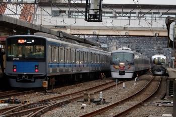 2020年2月29日 17時5分頃。仏子。右から、001-A編成の25レ、10110Fの回送列車、20101Fの2160レ。